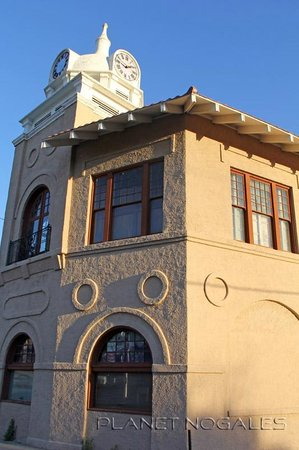 โนกาเลส, อาริโซน่า: The south side of the Pimeria Alta Museum features a clock tower that is a symbol of downtown No
