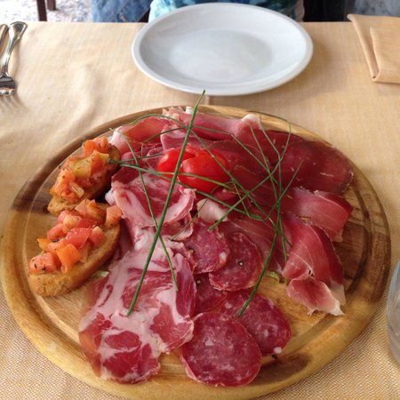 Boccondivino: Different kinds of salami and Bruschetta's