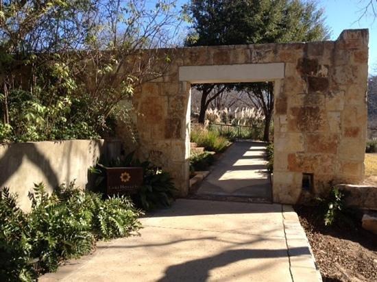 Lake Austin Spa Resort : beautiful path to spa building