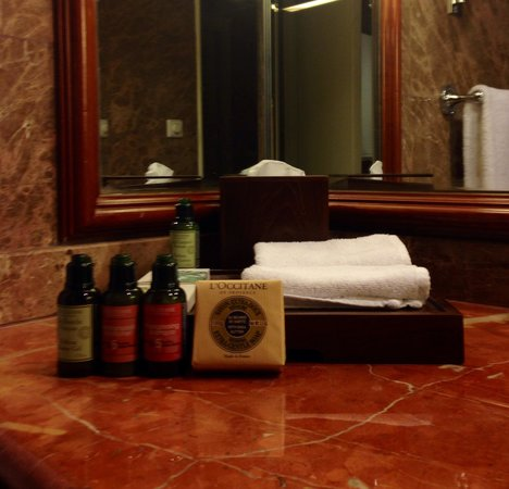 Regent Singapore, A Four Seasons Hotel: Lovely bathroom with my favourite products