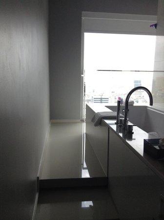 Mode Sathorn Hotel : spacious bathroom