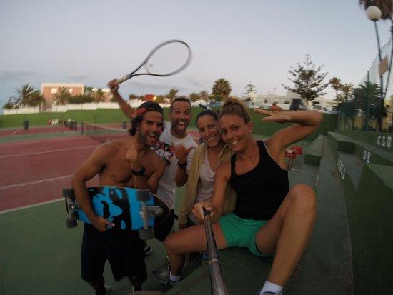 Surf Riders Fuerteventura : tenis y caver! quién da más!