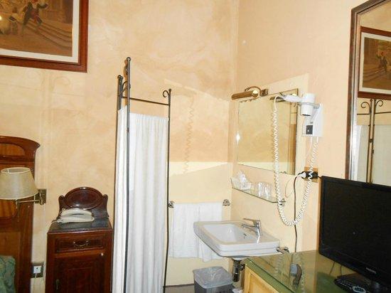 Hotel Villa Liana : Lavabo no quarto