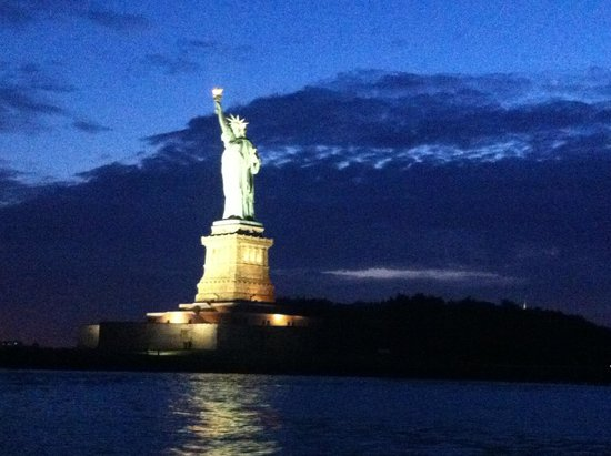 Bateaux New York: Statue of Liberty by night