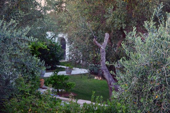 Tenuta Centoporte: il giardino sul lato opposto