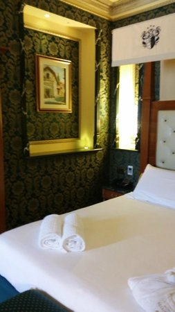 Hotel Manfredi Suite in Rome: King size bed