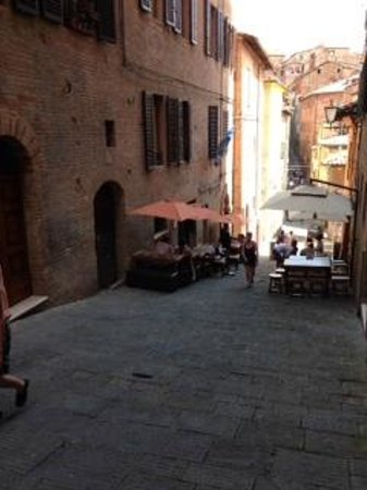 Zest Ristorante & Winebar : steep cobbled street