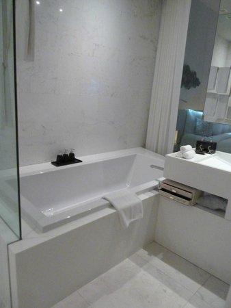 Sofitel So Bangkok: bathroom