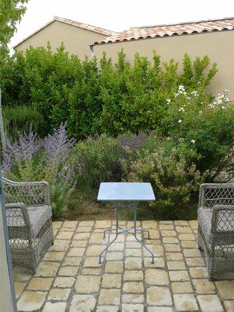 Le Bouquet de Seguret : terrasje van een kamer.