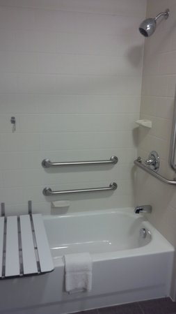 Sleep Inn & Suites: Accessible tub