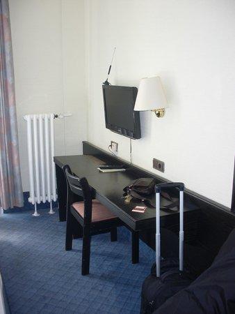 Novum Hotel Maxim Düsseldorf City: table and tv