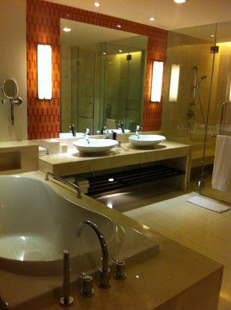 Renaissance Phuket Resort & Spa: Bathroom in suite