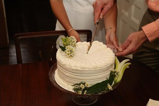 C.W. Worth House Bed and Breakfast: Wedding Cake
