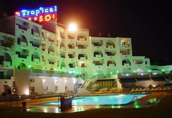 Tropical Sol Apartments: Tropical Sol at night