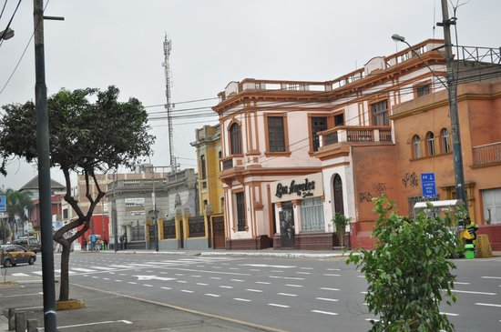 Lima Wari Suites: building across the street from Hotel