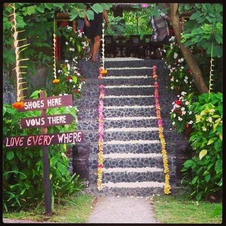 Hotel Tugu Lombok : The steps to the wedding