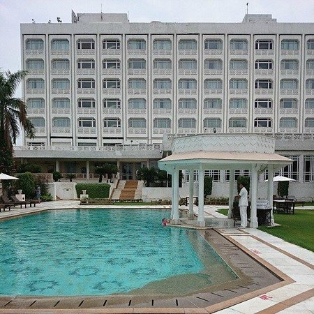 The Gateway Hotel, Agra : Hotel and swimming pool