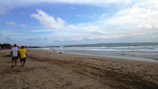The Jayakarta Bali Beach Resort: Pantai di belakang hotel