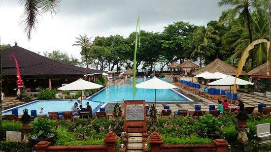 The Jayakarta Bali Beach Resort: View kolam renang dan pantai dari lobby
