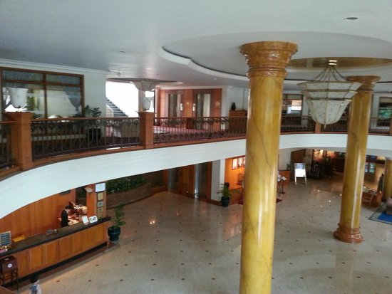 Angkor Century Resort & Spa: hotel lobby from the mezzanine