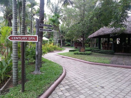 Angkor Century Resort & Spa: grounds going to the lagoon