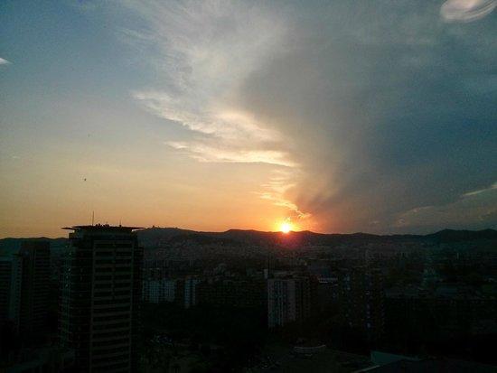 Hilton Diagonal Mar Barcelona: Sunset from elevator landing