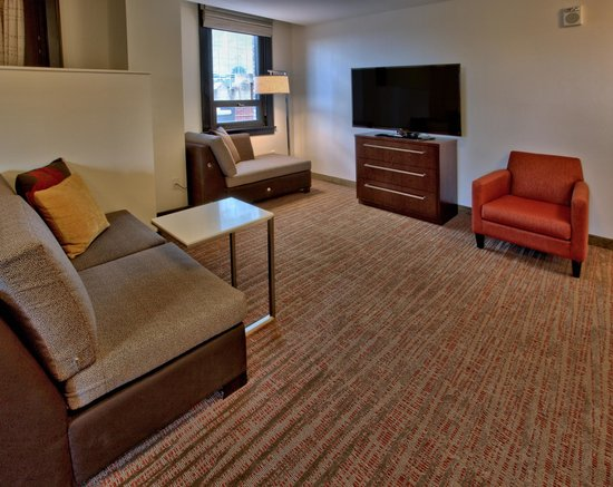 Residence Inn Omaha Downtown/Old Market Area: Penthouse Suite, Living Room