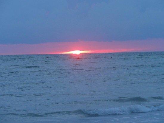 Sunset Vistas Beachfront Suites: beautiful sunsets
