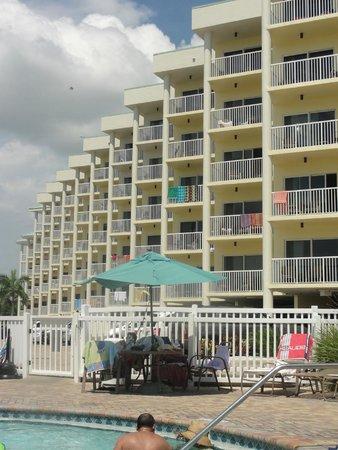 Sunset Vistas Beachfront Suites: Side near the pool
