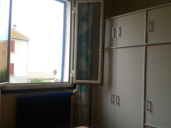 Hôtel Orsoni : fenêtre, côté rue, de notre chambre, la numéro 4.