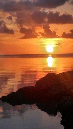 Island Bay Resort : Sunset on beach