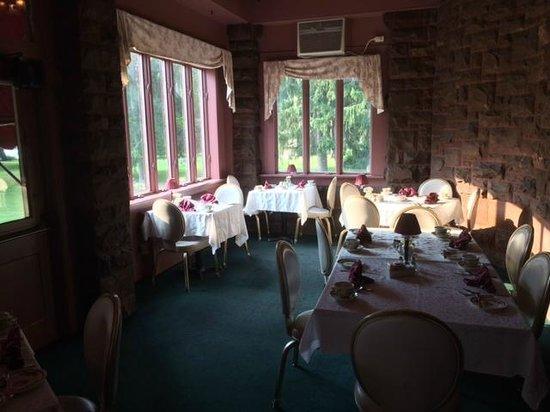 Edgar's Restaurant at Belhurst Castle : Corner tables at Edgar's