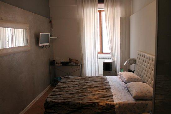 Twice B&B: Notre chambre très jolie qui donne sur la chapelle d'en face