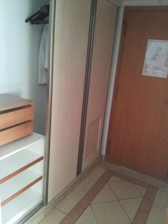 Adriana Beach Club Hotel Resort: Entrance hall with mini safe behind the door ( extra paid )