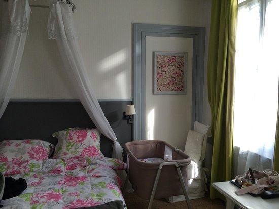 Villa Alienor : Le lit et notre berceau. Un lit bébé avait été installé mais nous avions aussi emmené  le notre