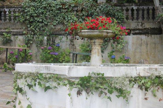 Palacio Conde de Toreno: Fuente de la entrada