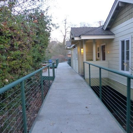 Sycamore Mineral Springs Resort and Spa: Walkway outside our room