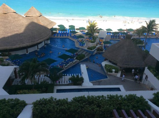 Royal Solaris Cancun: The view from our room. 2nd floor.