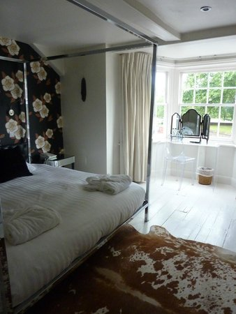 The Miller of Mansfield: Four Poster Bed in room 9-Bay window view of the Rectory garden