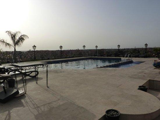 Imperial Plaza Hotel: la piscine située sur le toit