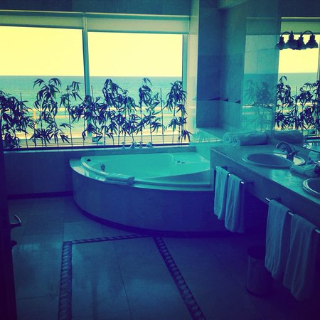Reina Isabel Hotel : Sea view suite bathroom