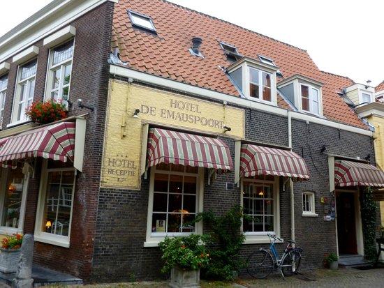 Hotel de Emauspoort: the front