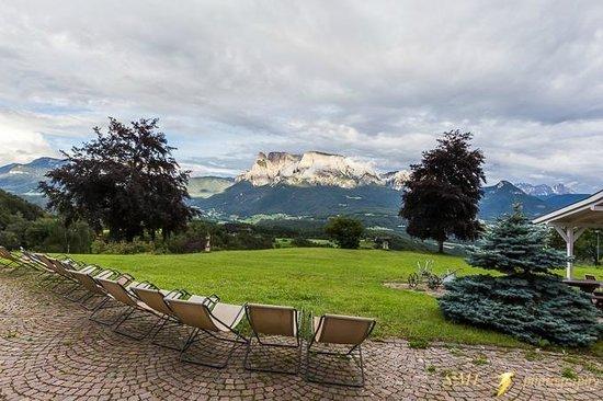 Naturhotel Wieserhof : Il piazzale con sdraio e la vista sul complesso dello Sciliar