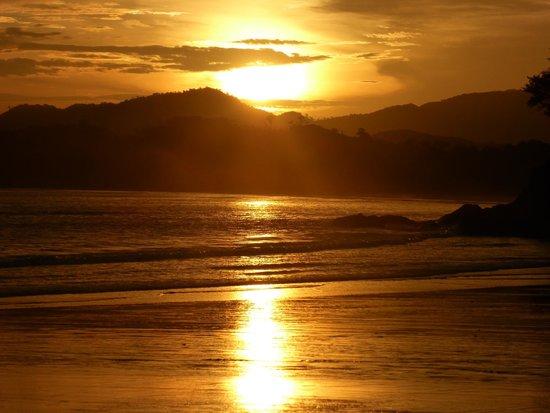 Coco Mango Lodge: Couché de soleil sur la plage privée