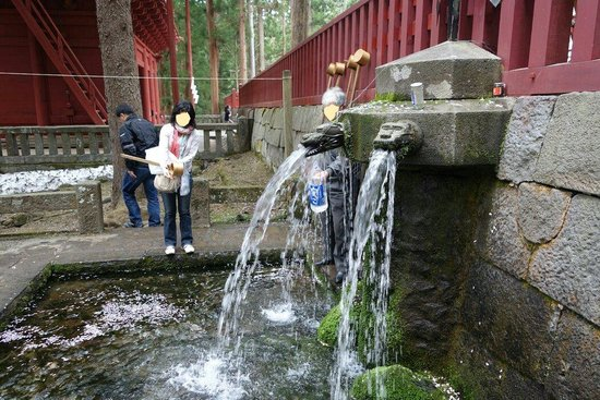 Iwakiyama Shrine: 手水と特大柄杓