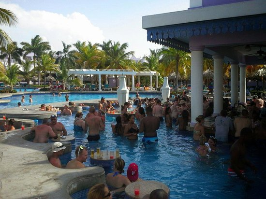 Hotel Riu Montego Bay: Swim up bar. Too crowded for me.