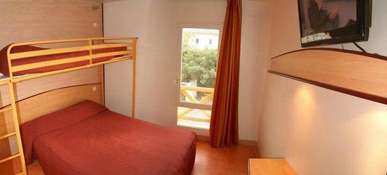 Hotel Restaurant Acotel Confort : Chambre triple à 2 lits