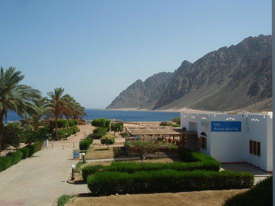 Happy Life Village: Uitzicht op strand/zee