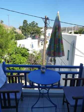 Voula Beach Rooms: Vue du balcon (chambre B, 1er étage)