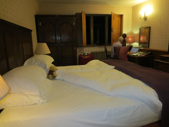The Manor House Hotel and Golf Club: Evening in our comfortable room